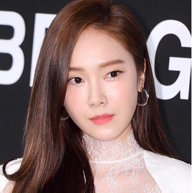 朴敏英的好友Jessica也常配戴VINTAGE HOLLYWOOD的耳環。圖/...
