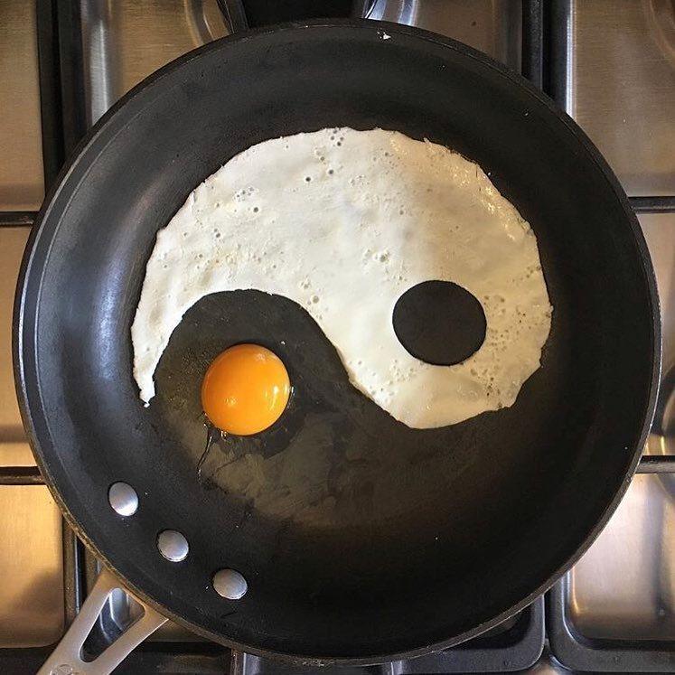 作者起初無意煎出來的太極陰陽蛋 圖片來源/instagram @the_eggs...