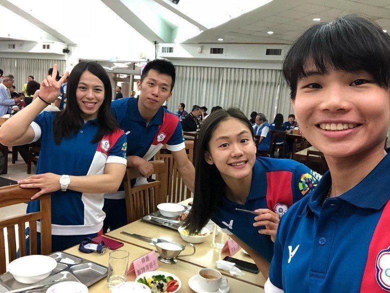 戴資穎在亞運開幕前PO出和中華隊隊友的合照,沒想到照片裡頭的四人如今都已經拿到金...