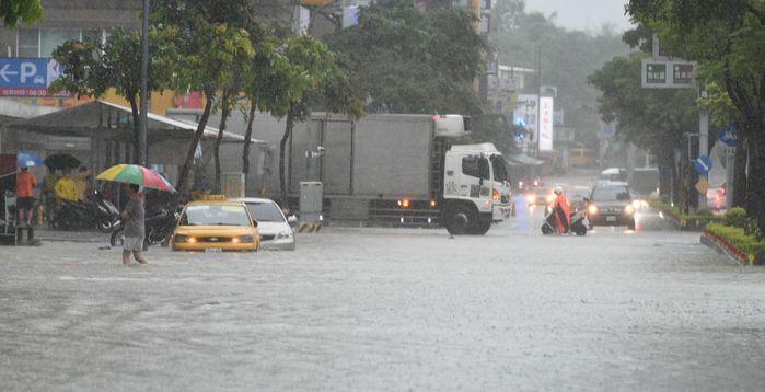 高雄市澄清路淹水。 圖片來源/聯合報系 記者劉學聖攝影