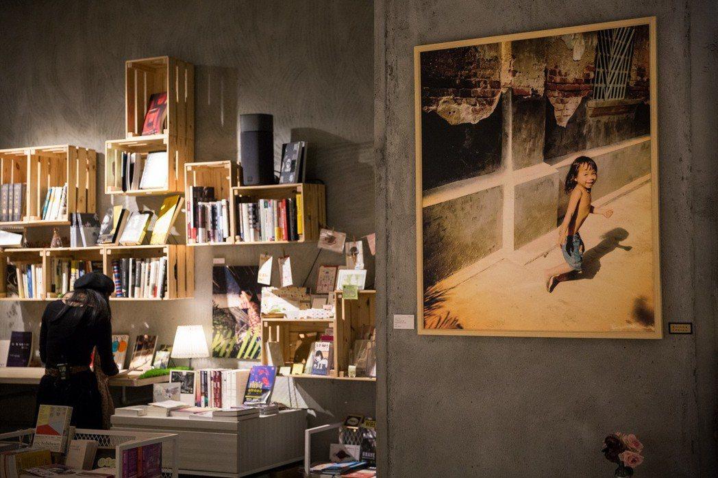 「ZAZA眨眨眼柬埔寨兒童攝影教育計畫」募資計畫在華山青鳥書店舉辦的攝影展。圖/...