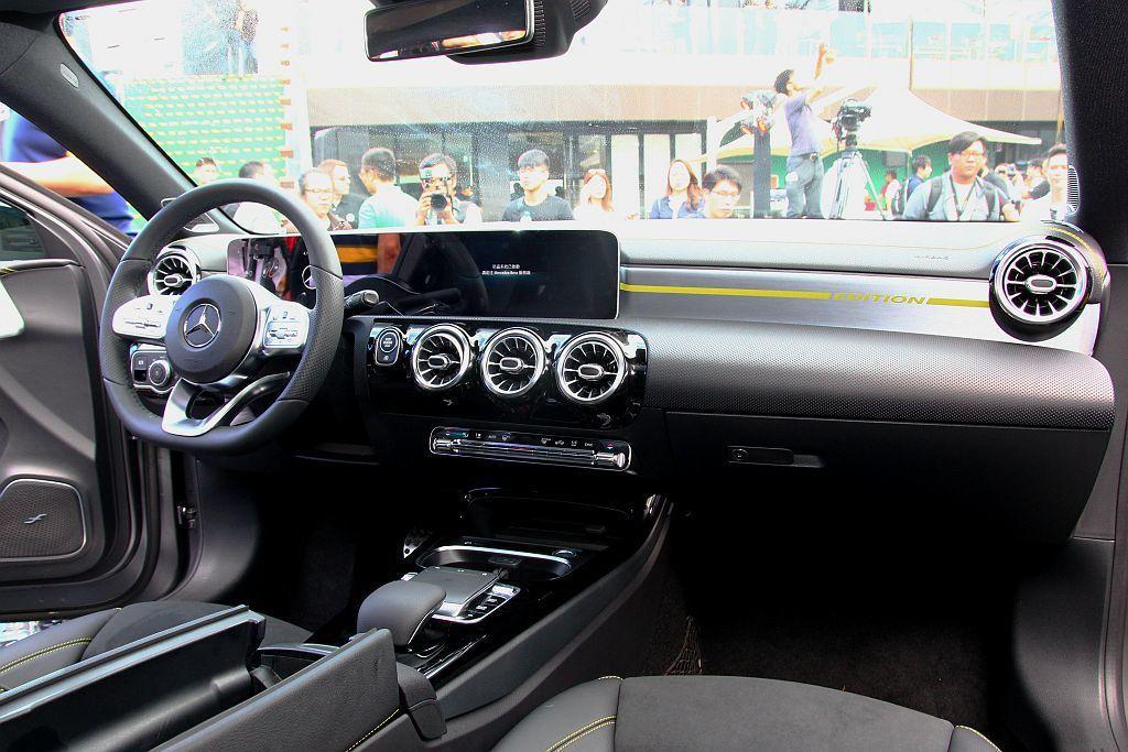 內裝是全新第四代A-Class最大亮點,A 250車型採用雙10.25吋(數位儀表板與中控螢幕)整合打造一體成型的科技組合。 記者張振群/攝影