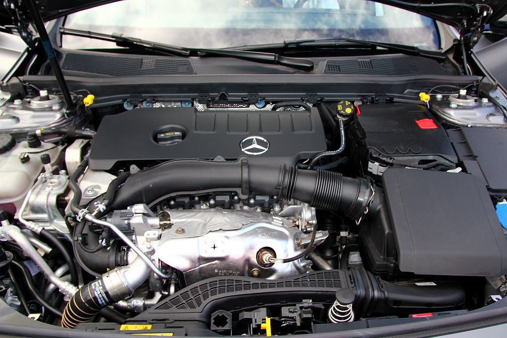 賓士A 250搭載2.0升渦輪增壓汽油引擎,最大馬力為224hp表現。 記者張振...