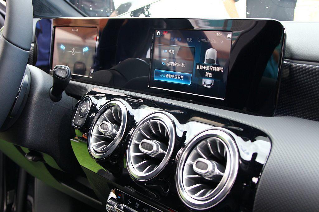賓士A 180與A 200車型則為7吋數位儀表板加上7吋中控螢幕的設計。 記者張振群/攝影