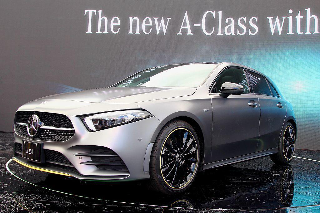 首年限定生產的Edition 1車型,外觀擁有AMG Line跑車化套件、鑽石型水箱護罩、19吋AMG多輻式黑色輕合金輪圈含綠色圈緣,及前葉子板Edition專屬徽飾。 記者張振群/攝影