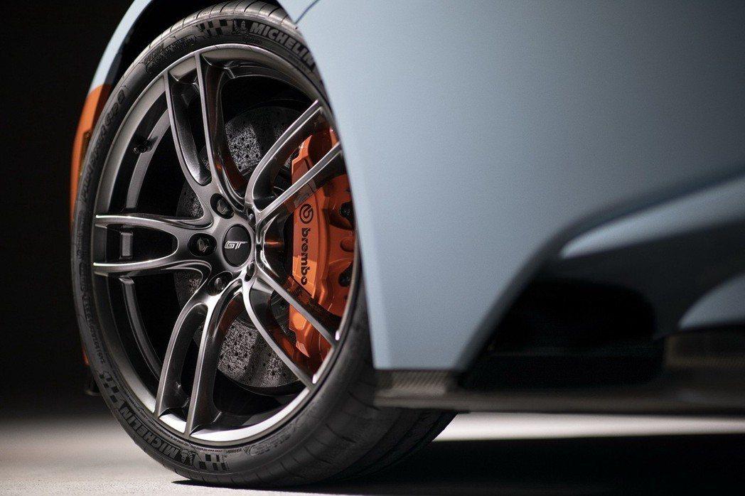 Heritage Edition擁有橘色煞車卡鉗,以20 吋的一體成型鍛造鋁圈配...