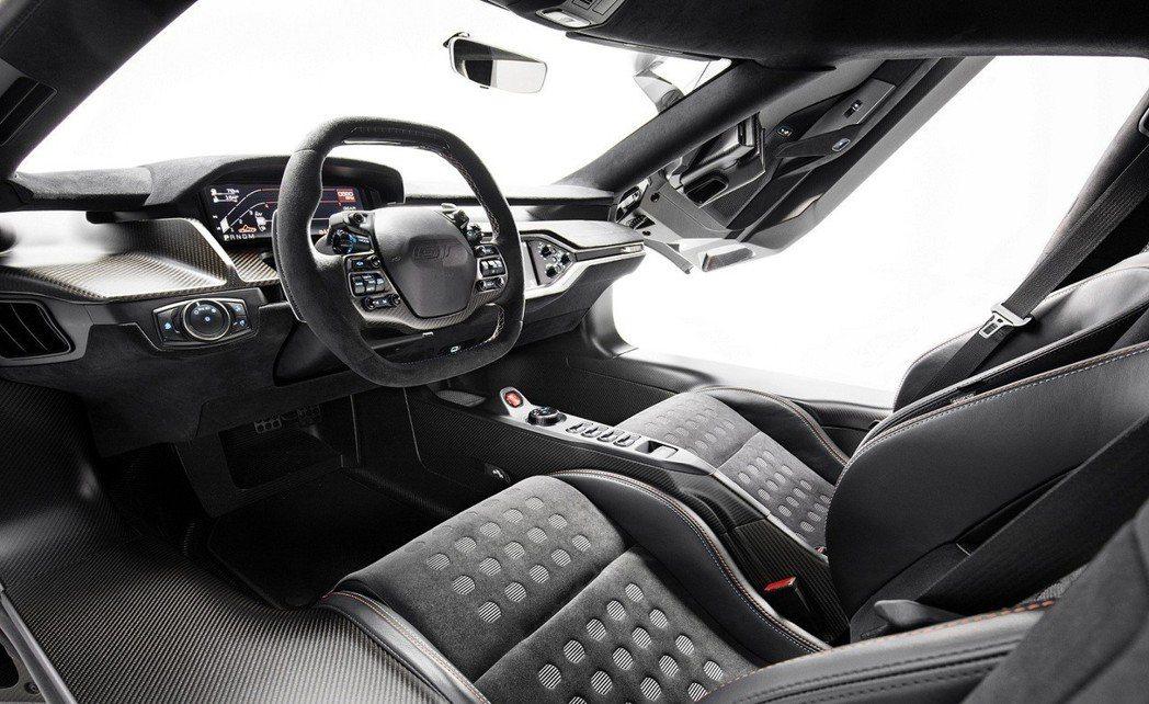 儀錶板、方向盤、座椅、支柱及車頂內襯皆由Ebony Alcantara皮革包覆,...