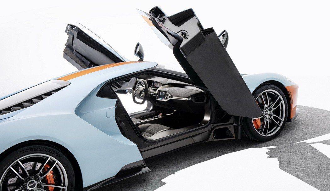 全新2019 Ford GT內裝擁有專屬的色調、材質及設定,包含呼應1968年G...