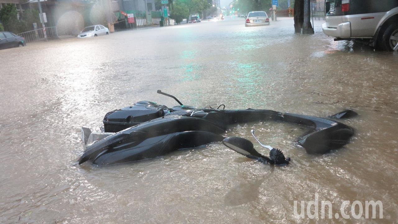 高雄市區今天清晨降下豪大雨,市區嚴重積水,許多車輛已經泡在水中動彈不得。記者劉學...
