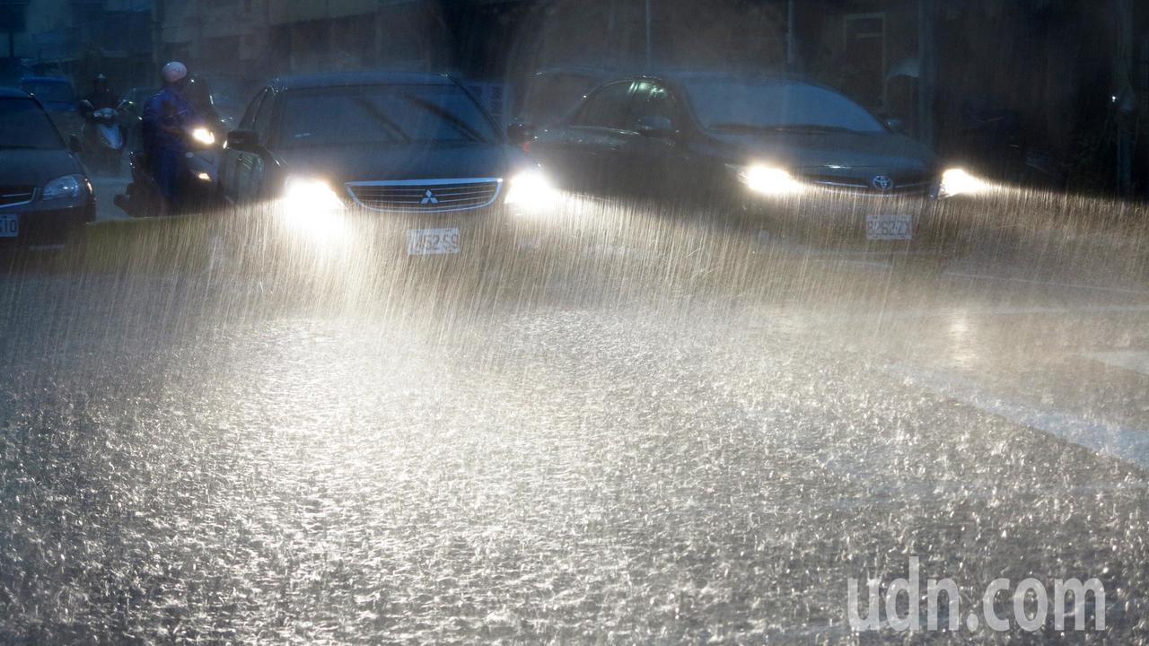 高雄市區今天清晨降下豪大雨,市區嚴重積水,許多市民不知道今天停班停課,還是出門準...