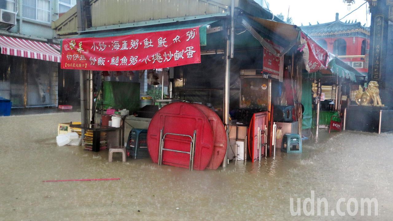 高雄市區今天清晨降下豪大雨,市區嚴重積水,哈馬星一帶積水將近膝蓋高。記者劉學聖/...