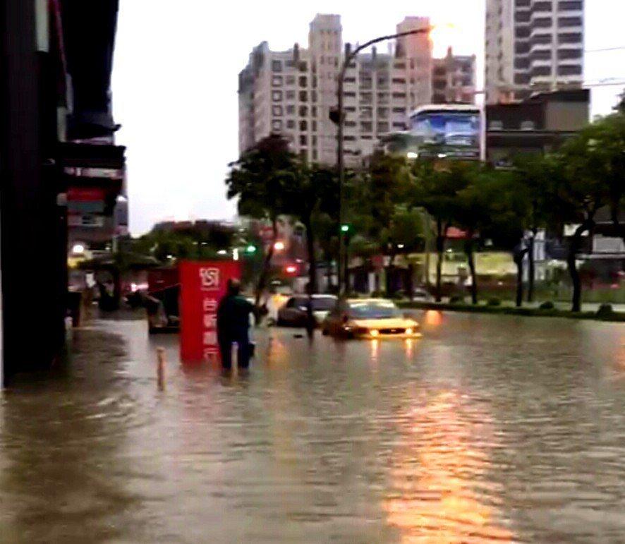 高雄澄清路淹水。圖/陳姓讀者提供