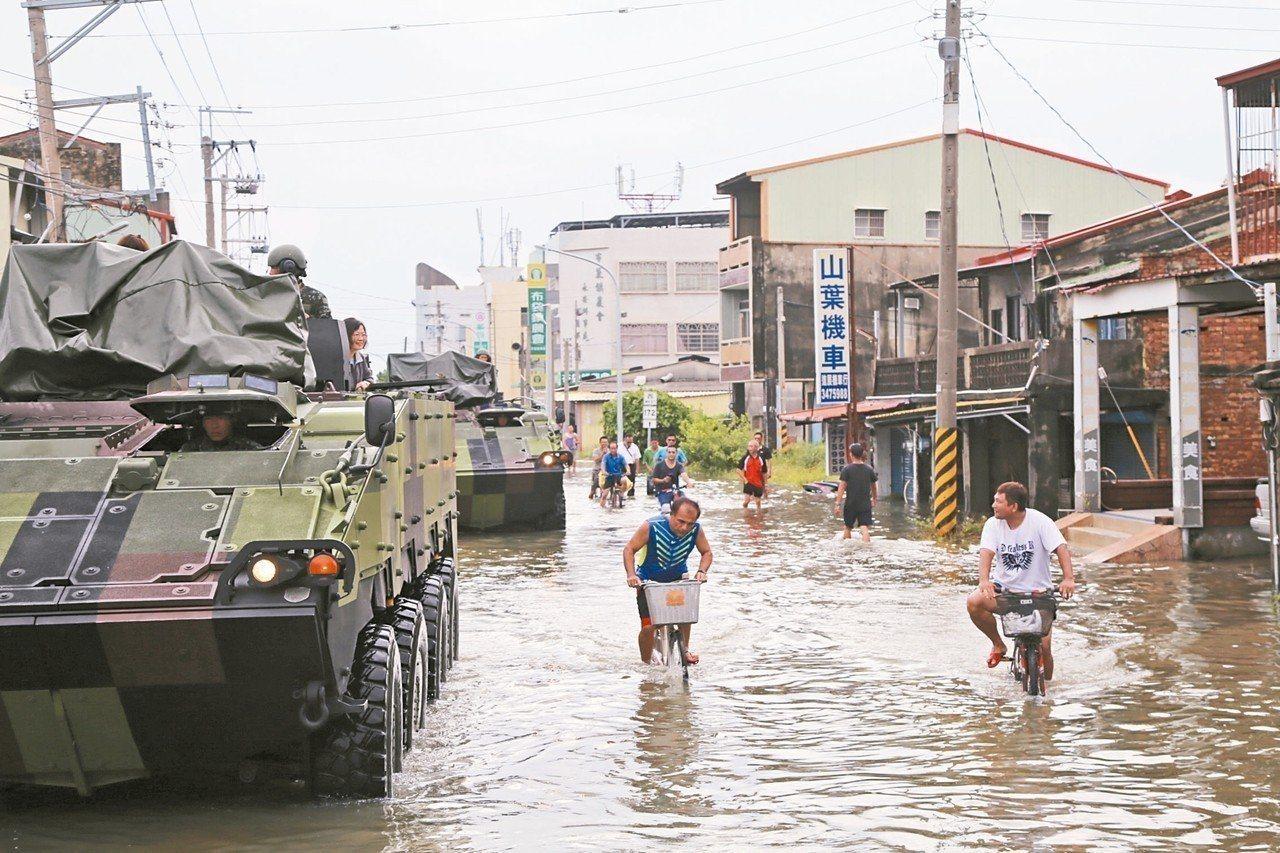 蔡英文總統日前到嘉義縣淹水區勘查,在救災單位建議下,一度坐在雲豹裝甲車。 記者謝...