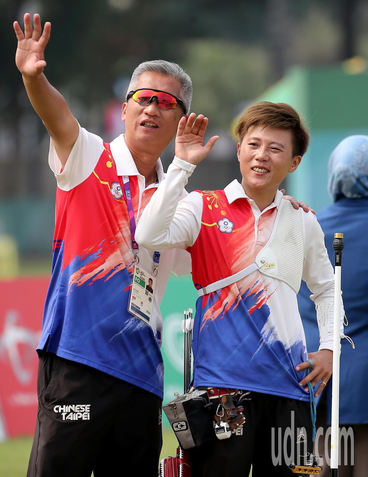 我國射箭好手雷千瑩(右)在雅加達亞運反曲弓女子個人銅牌戰以4比6不敵南韓選手。特...
