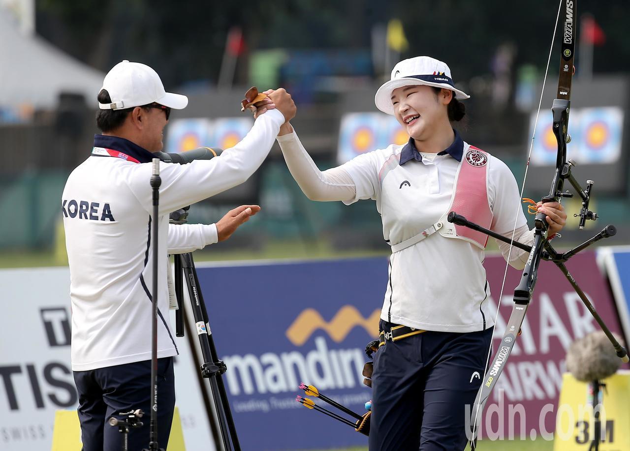 南韓選手姜彩榮(右)在雅加達亞運反曲弓女子個人銅牌戰後來居上,以6支10分箭逆轉...