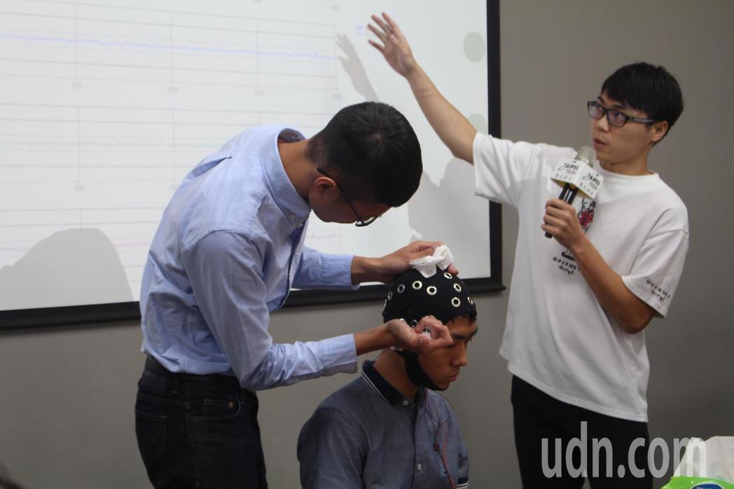 台北科大研究團隊的學生操作「智慧腦波溝通」設備。記者陳婕翎/攝影