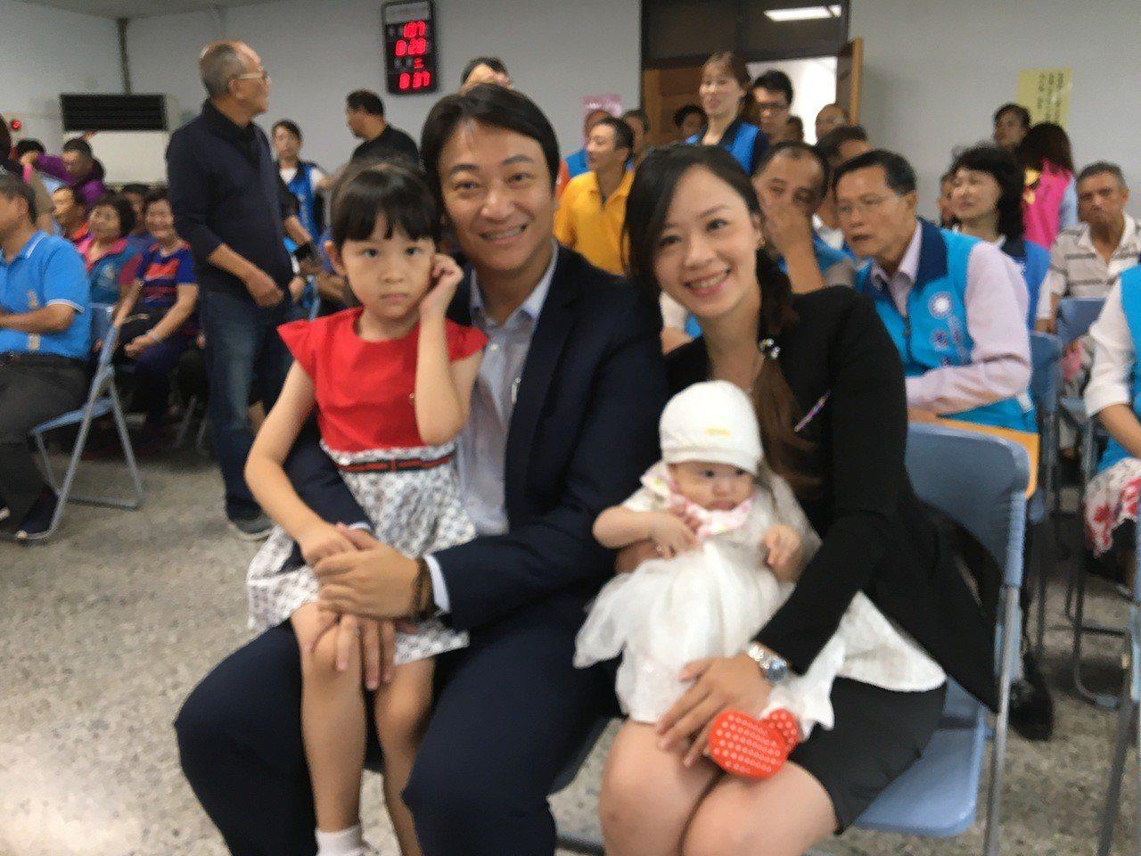 花蓮市長魏嘉賢今天上午偕同妻子與2寶貝女兒到花蓮市公所登記參選。記者徐庭揚/攝影