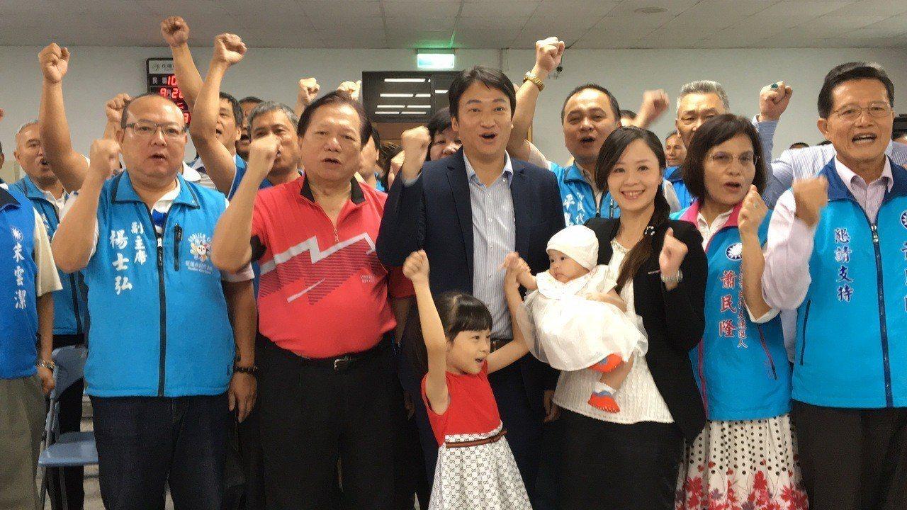 花蓮市長魏嘉賢今天完成登記力拚連任,女兒就是最可愛的助選員。記者徐庭揚/攝影