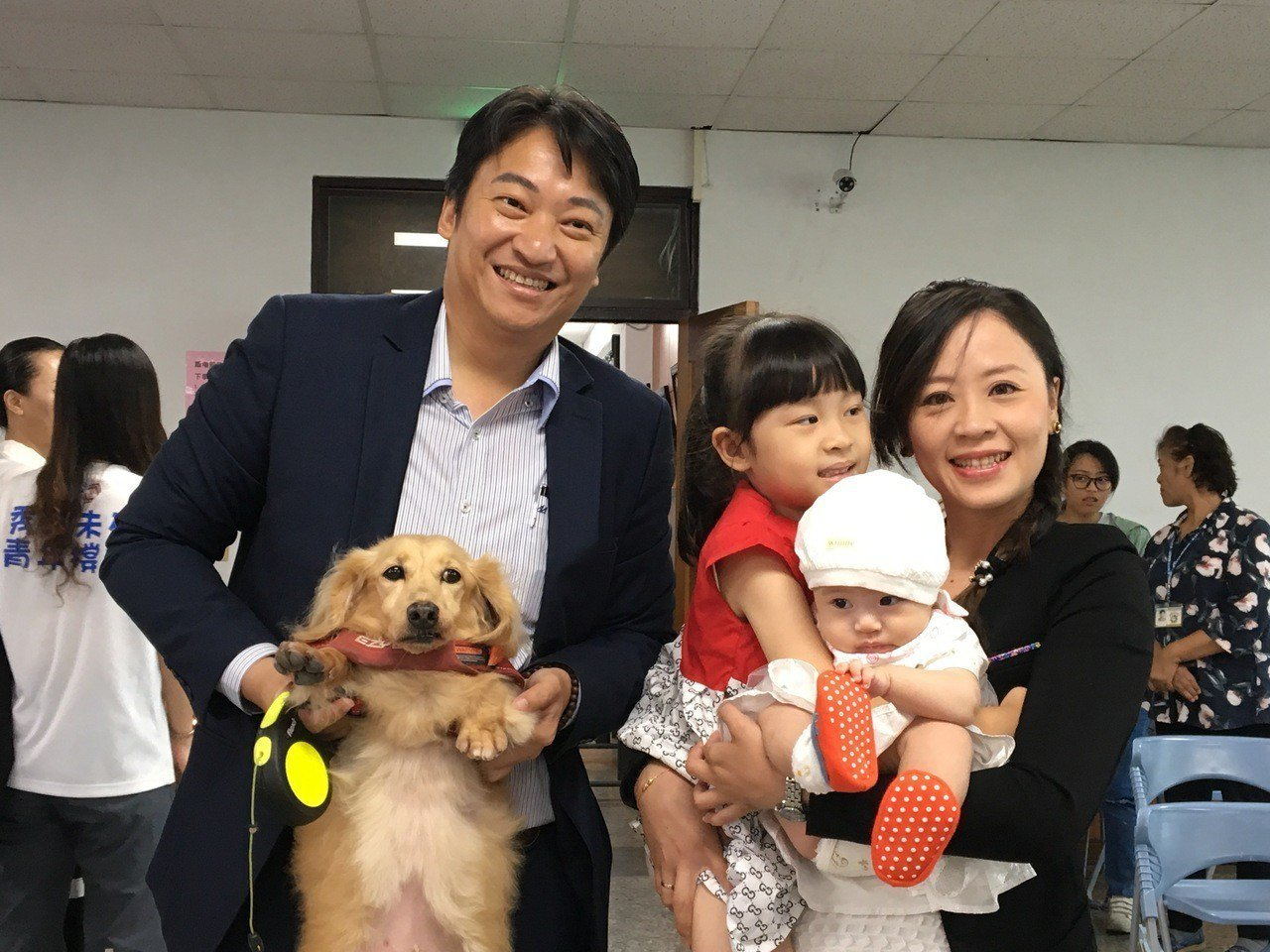 2年前的市長補選,魏嘉賢牽著妻女及愛犬低調完成參選登記,今天魏嘉賢依然在帶著妻女...