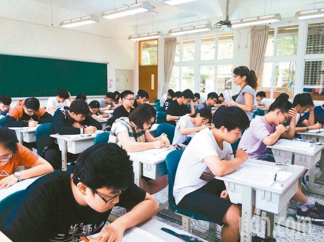 數學新課綱規畫高二數學分A、B版,學測也將分卷考。圖/聯合報系資料照