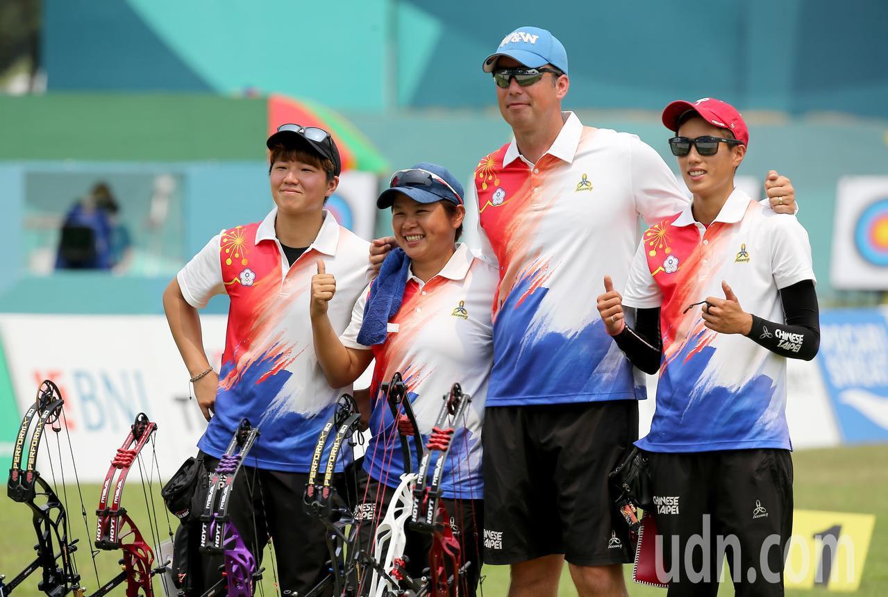 我國射箭複合弓女團林明靜(右一)、陳怡瑄(左一)、陳麗如(左二)在雅加達亞運複合...
