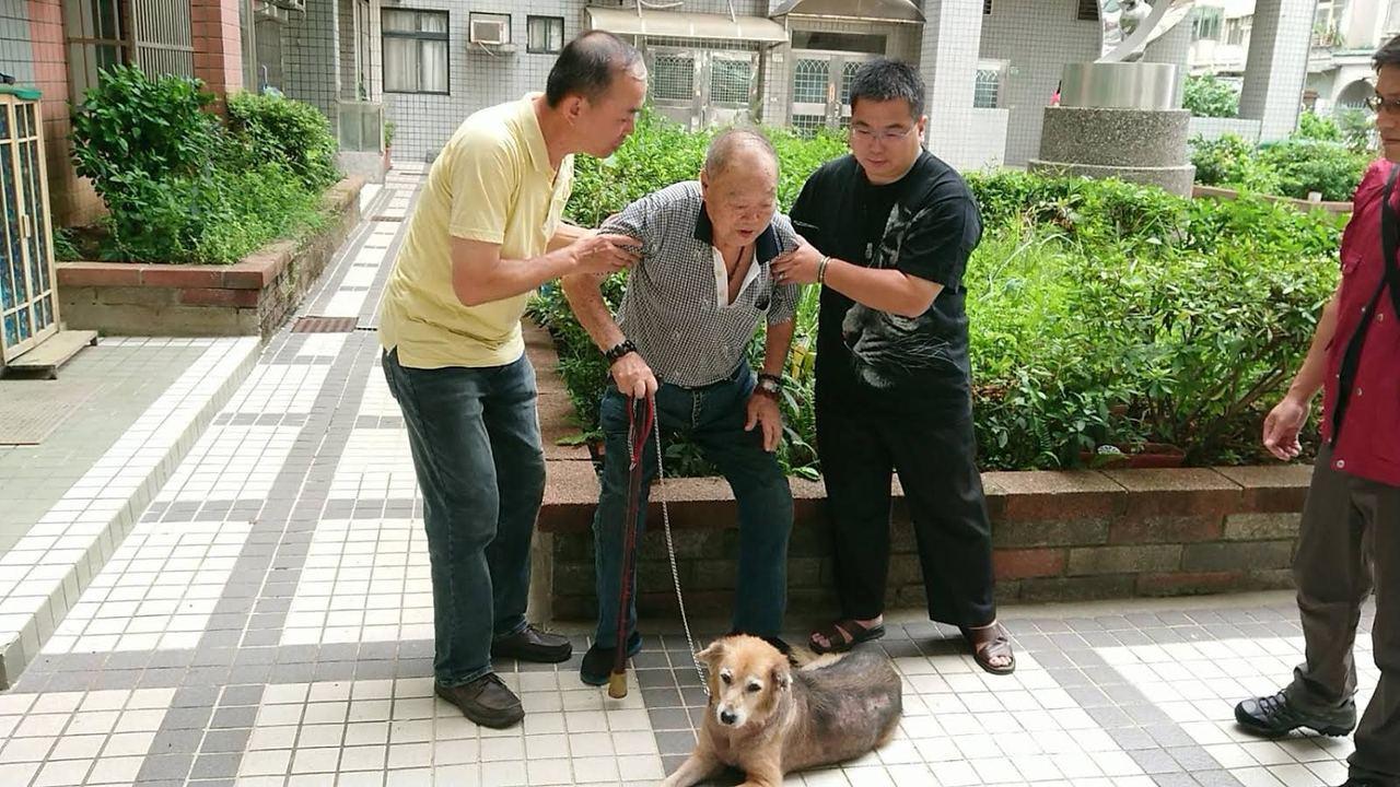 劉姓老榮民昨天與飼養10年的妞妞道別。圖/新北市動保處提供