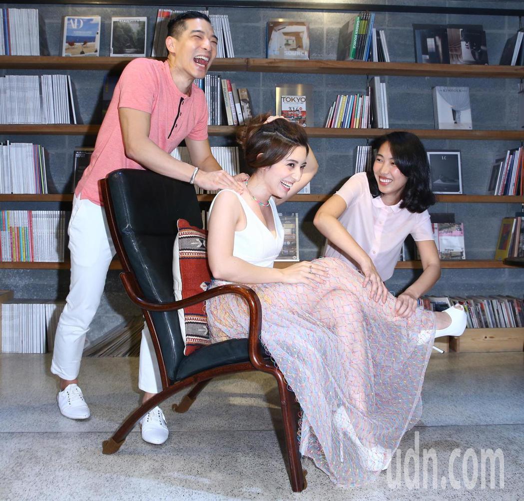 梁心頤(中)舉行新專輯「千面獸」試聽記者會,邀請王若琳(右)、王大文(左)擔任嘉...
