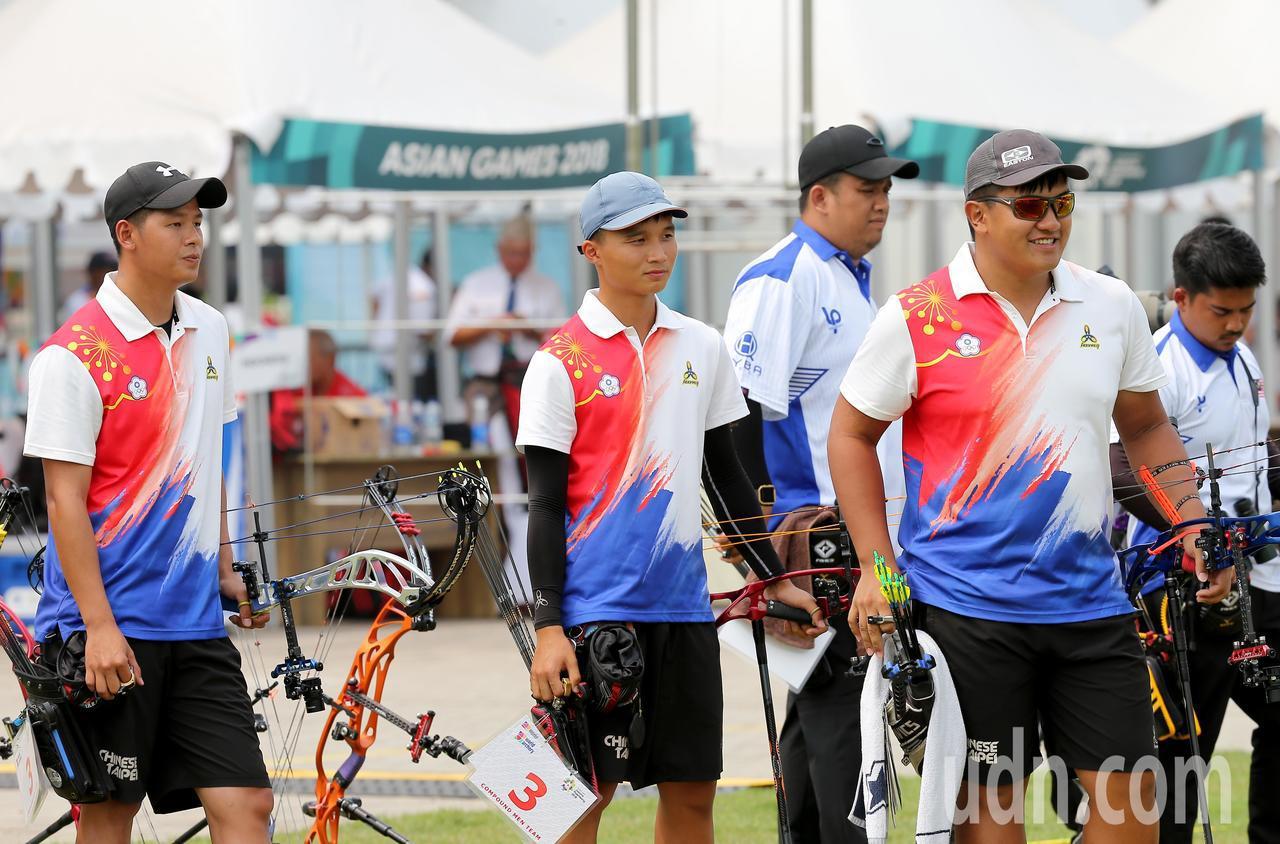 我國射箭複合弓男團林哲瑋(左起)、林鑫民、潘宇平在雅加達亞運銅牌戰不敵馬來西亞隊...
