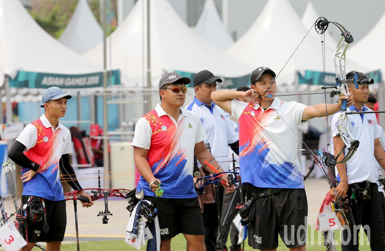 我國射箭複合弓男團林鑫民(左起)、潘宇平、林哲瑋在雅加達亞運銅牌戰不敵馬來西亞隊...