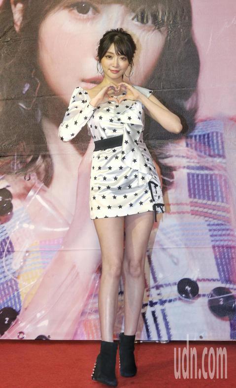 伊林娛樂旗下藝人成語蕎今天推出個人寫真EP「另一個我」,25日預購當天就立刻衝上暢銷排行榜,預購已突破3200本,她的爸爸今天也在宣傳記者會上驚喜現身恭賀女兒銷售好成績,讓成語蕎感動落淚。