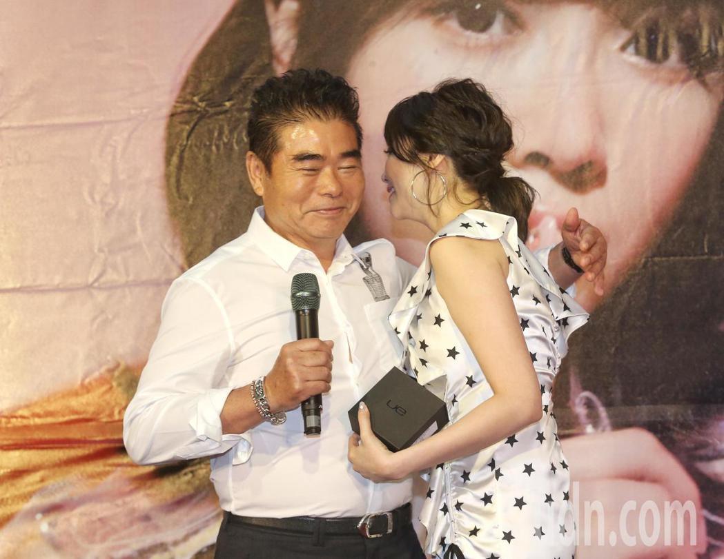成語蕎(右)看到爸爸現身支持感動落淚。記者鄭清元/攝影