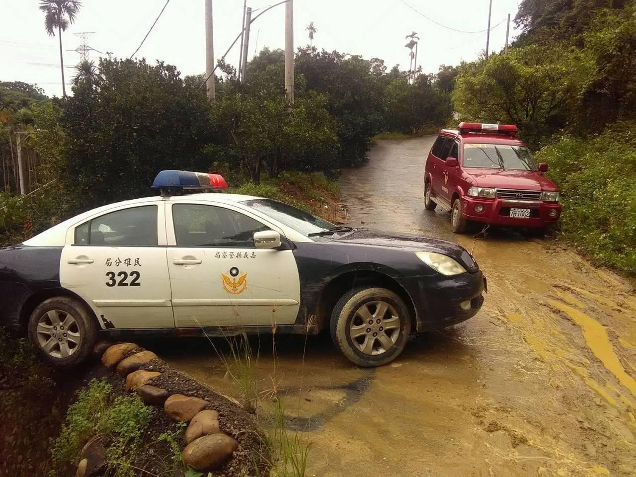 警車也打滑受困產業道路,只能徒步進入搜救。圖/讀者提供