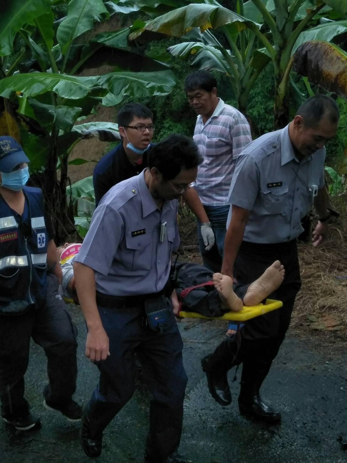 林男摔入到路20公尺深邊坡,意識清醒、胸背疼痛無法行走,警消以擔架搬運後送醫急救...