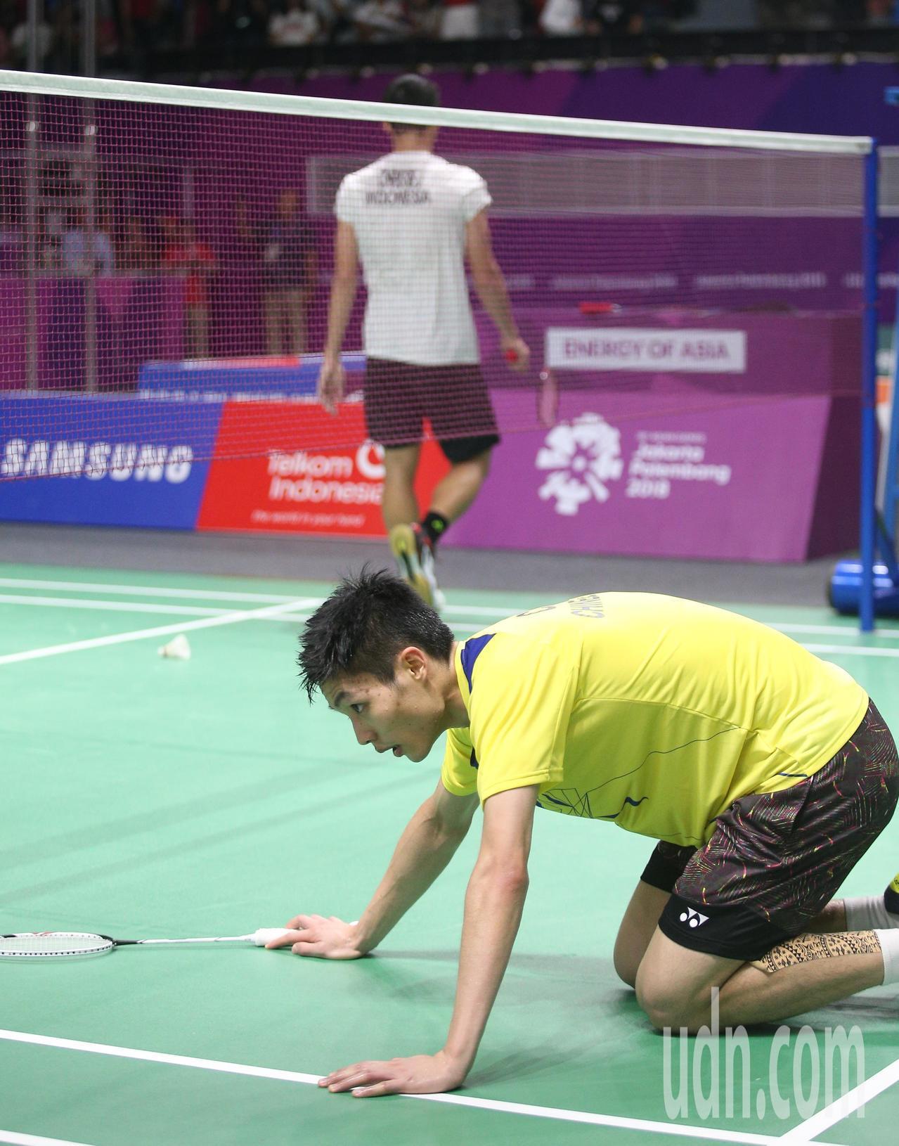 周天成(左)不敵地主選手,亞運羽球男單拿銀牌。特派記者陳正興/雅加達攝影