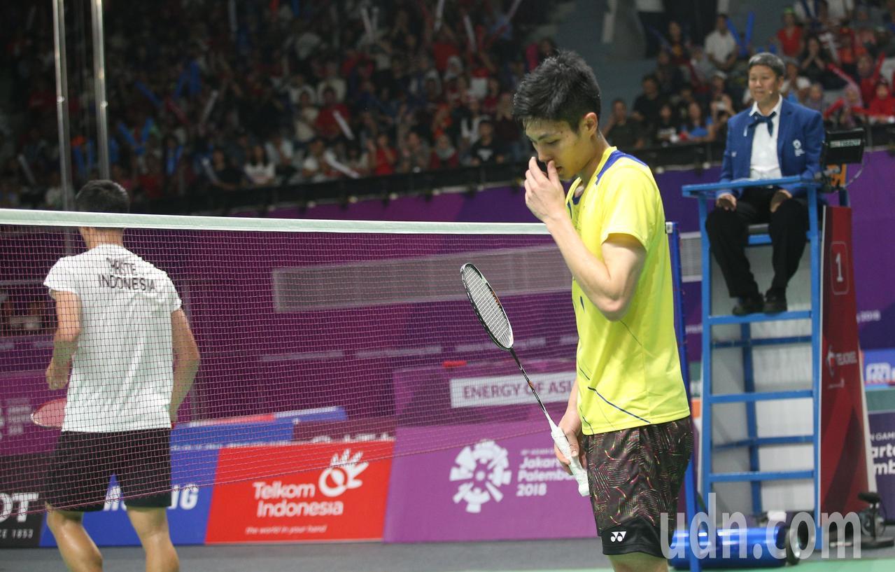 周天成(右)不敵地主選手,亞運羽球男單拿銀牌。特派記者陳正興/雅加達攝影