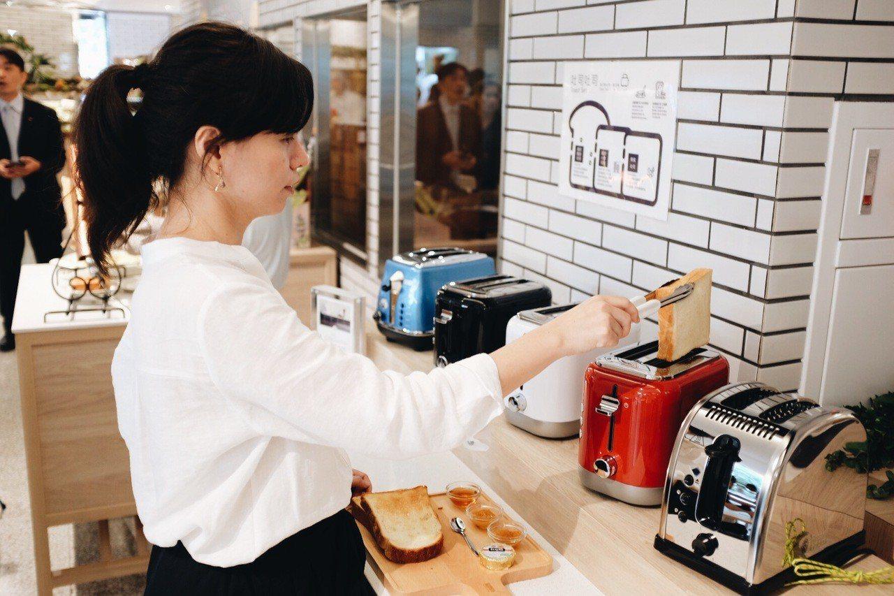 麵包文化沙龍旁設置5台烤吐司機。記者沈佩臻/攝影