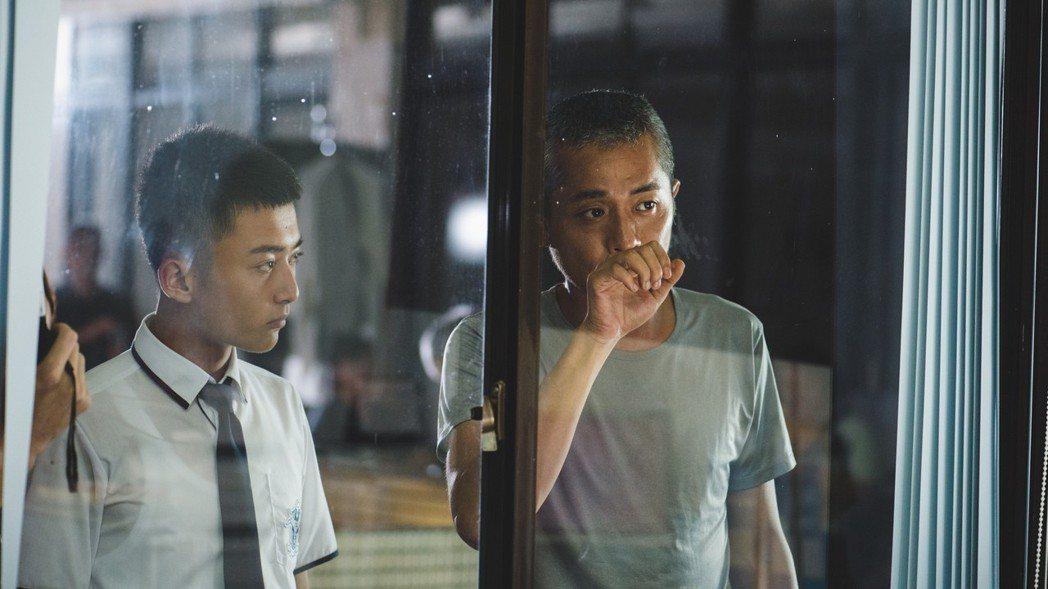 張訓瑋(右)指導傅顯濬演出「藍色項圈」。圖/威視提供