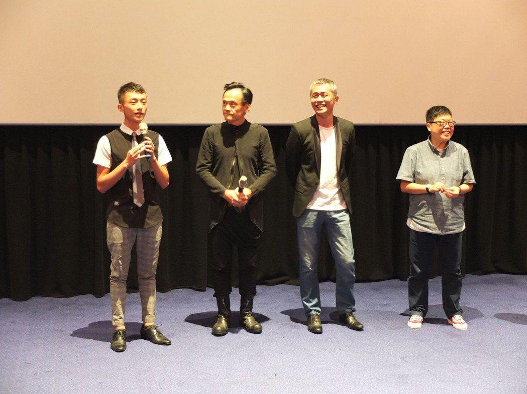 傅顯濬(左起)、陳以文、張訓瑋與監製葉如芬出席「藍色項圈」試片會。圖/威視提供