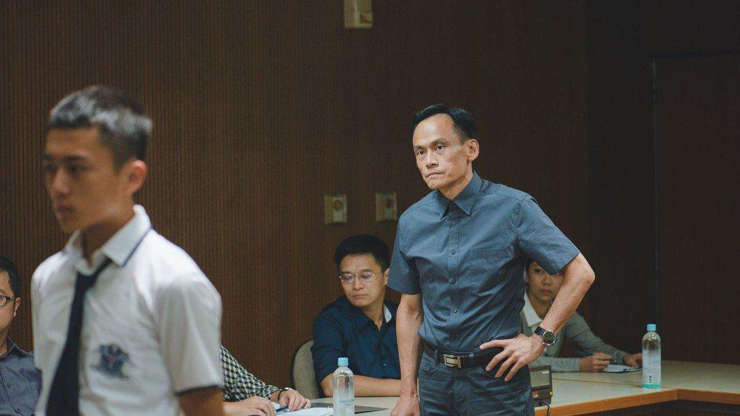 陳以文(右)扮演兇惡舍監,對學生高壓管理。圖/威視提供