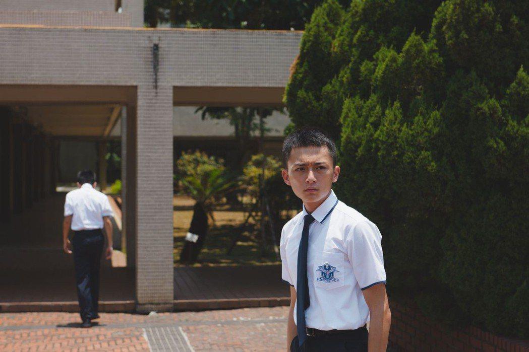 傅顯濬在「藍色項圈」飾演轉入名校卻碰上連串詭異怪事的聰明學生。圖/威視提供