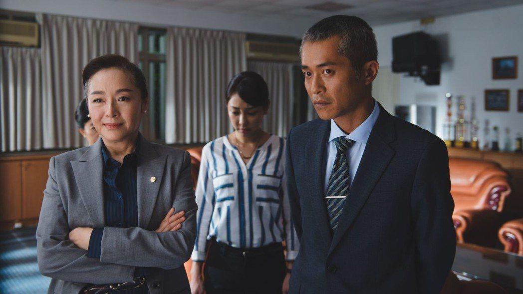 導演張訓瑋(右)也客串學生家長,和謝欣穎(中)、恬妞對戲。圖/威視提供