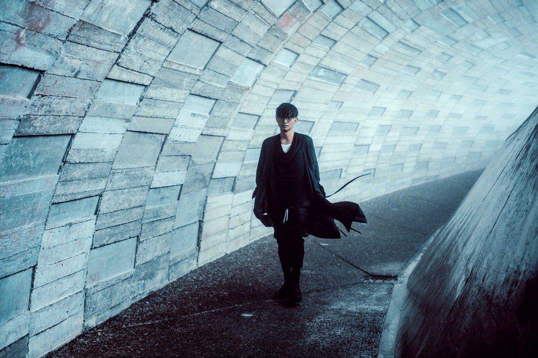 卓義峯赴宜蘭櫻花陵園為新專輯取景。圖/豐華提供