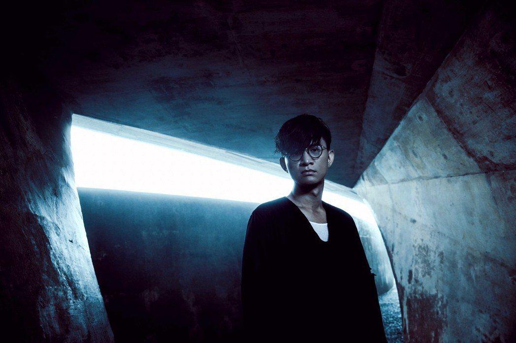 卓義峯蟄伏10年,推出新專輯「聽者」。圖/豐華提供