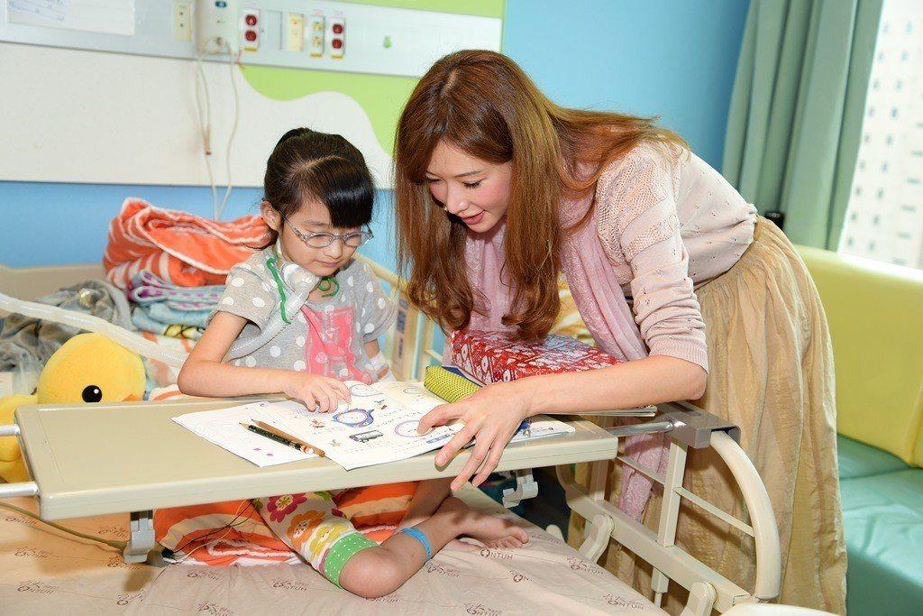 林志玲捐助兒童醫院心臟治療儀器,並探訪病童。圖/富邦媒提供