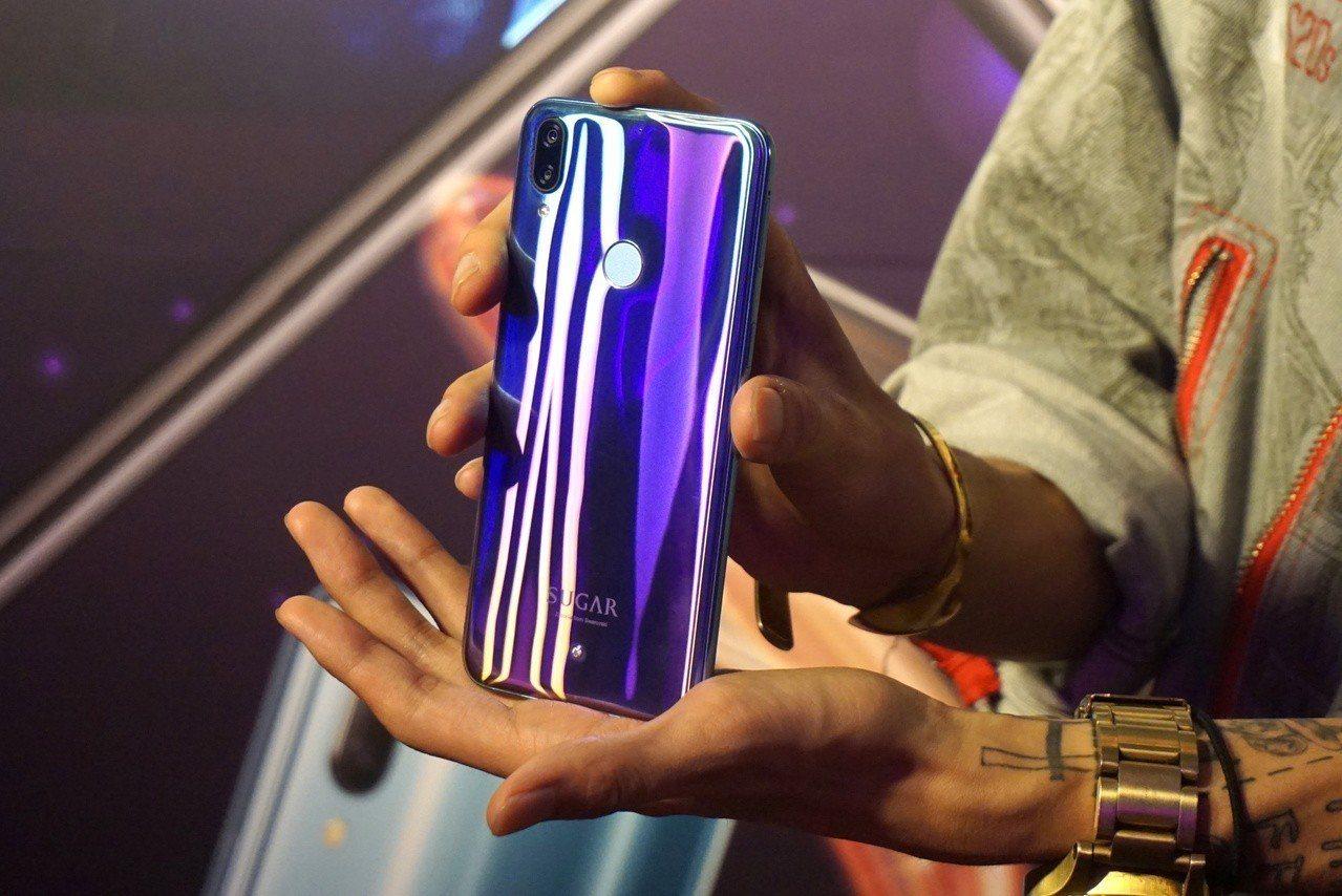 SUGAR S20s將極光元素融入機身色彩設計,使用時會隨著光線變化炫目的霓虹光...