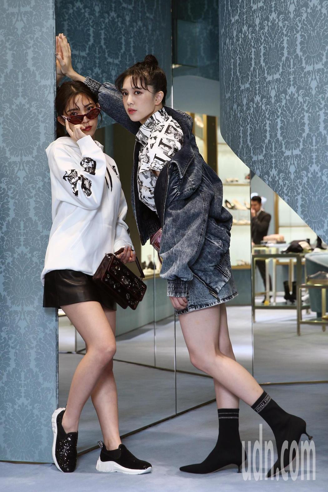 劉奕兒(右)穿水洗丹寧夾克55,500元,Miu Miu黑色Logo襪靴30,5...