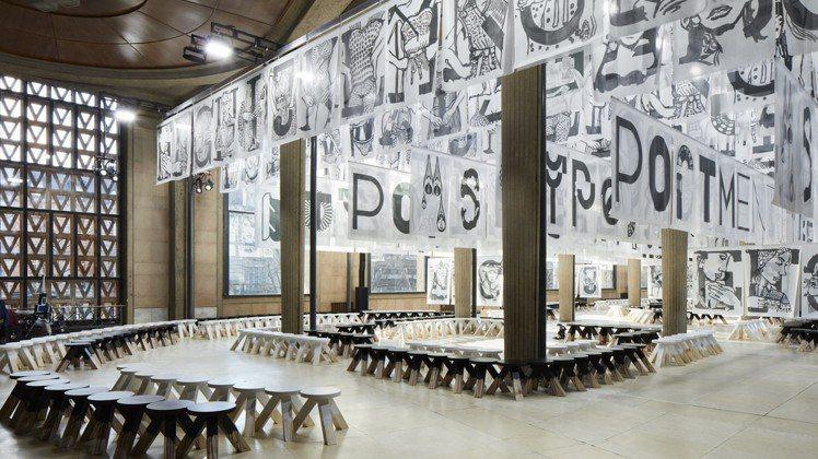今年春天在巴黎時裝秀中懸掛的圖像字母是本次訂製服務的主題。圖/Miu Miu提供