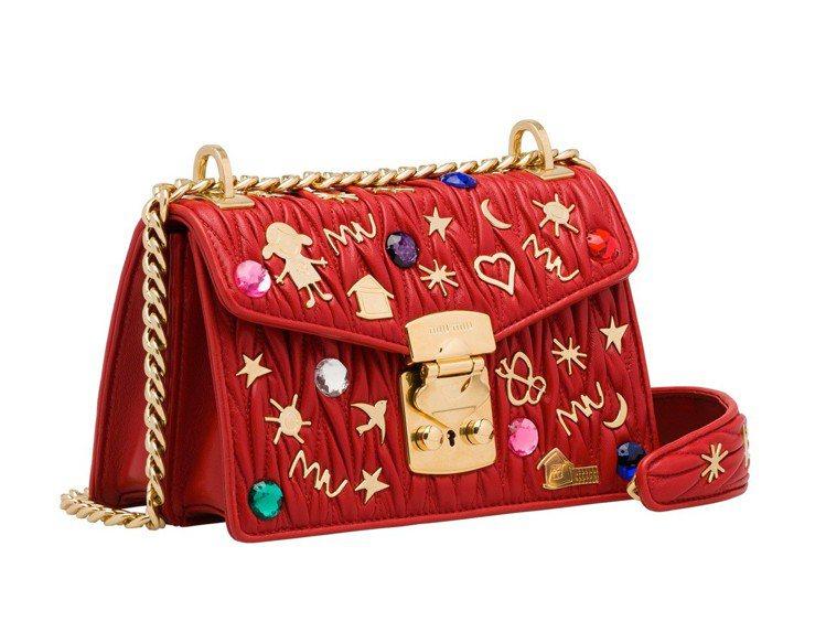 MIU CONFIDENIAL童趣徽章紅色小羊皮抓皺包,62,500元。圖/Mi...
