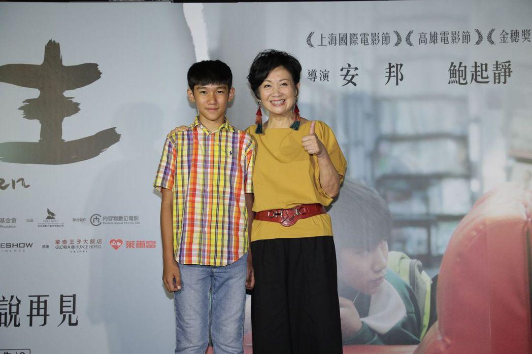 鮑起靜(右)一見到吳至璿就開心相擁。圖/華映提供