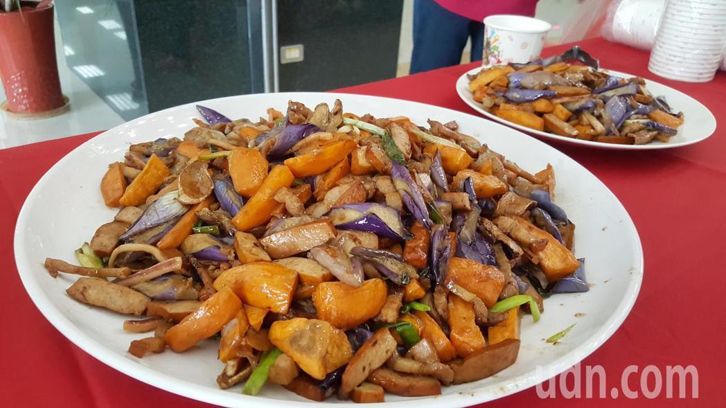 「新版」客家小炒,加入茄子、地瓜等食材。記者胡蓬生/攝影